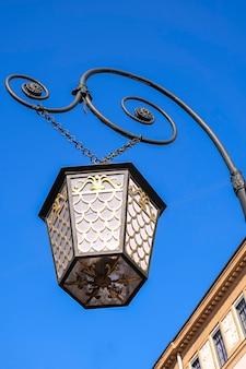 昔ながらの街灯。青い空の背景。