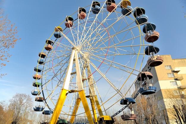 Старое колесо обозрения в парке развлечений