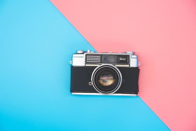 Старый пленочный фотоаппарат на цветном фоне