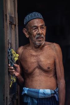 タイ南部の漁村の老漁師。