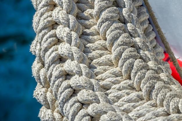 古い漁船。手作りの編みこみロープバンパーのクローズアップ