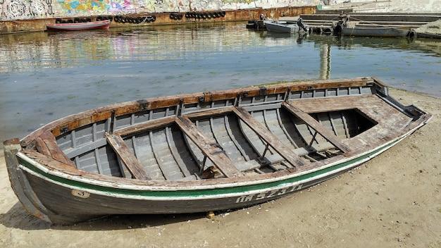 Старая рыбацкая лодка на пляже