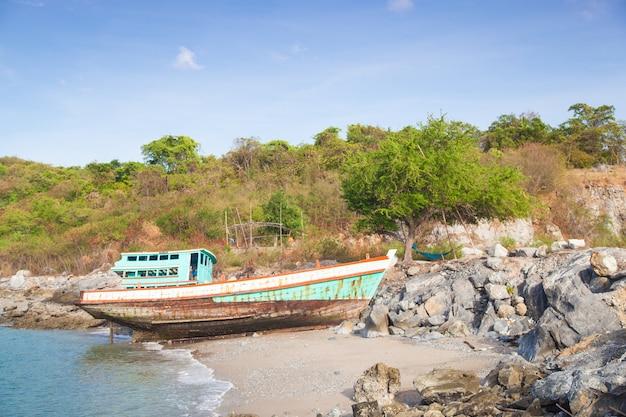 ビーチで古い漁船。