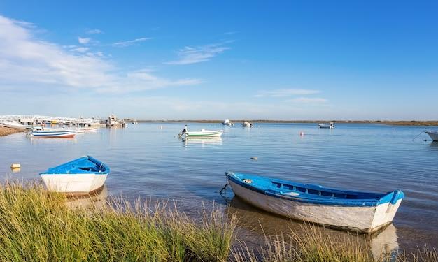 Старые рыбацкие лодки в бухте. тавира, португалия.