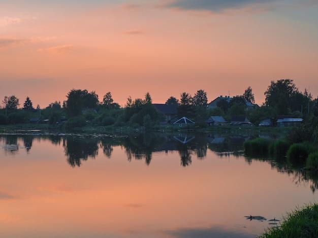 水の反射で日没の古い漁村