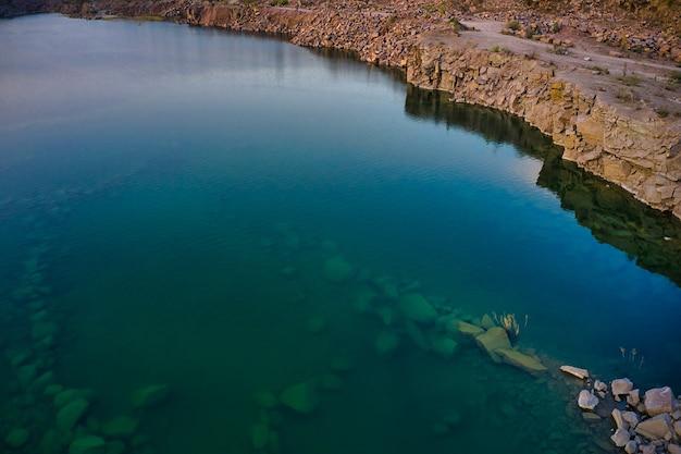 Старый затопленный каменный карьер, место добычи природного гранита. Premium Фотографии