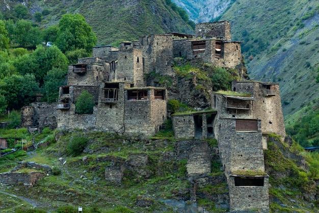 Старая крепость в горном селе шатили, руины средневекового замка в грузии.