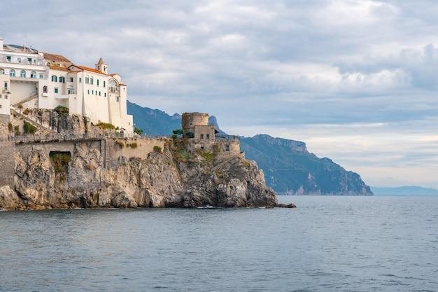 도시 아말피의 해변에 오래 된 요새. 여행