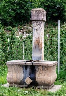1982年の日付が刻印されたコルグノン教会近くの古い噴水