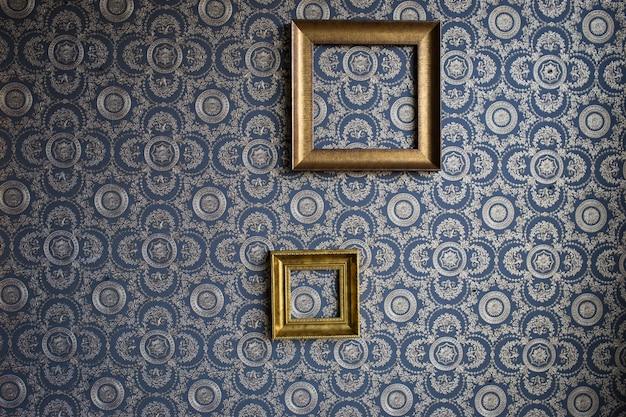 青い壁紙の石膏で作られた古いフレーム