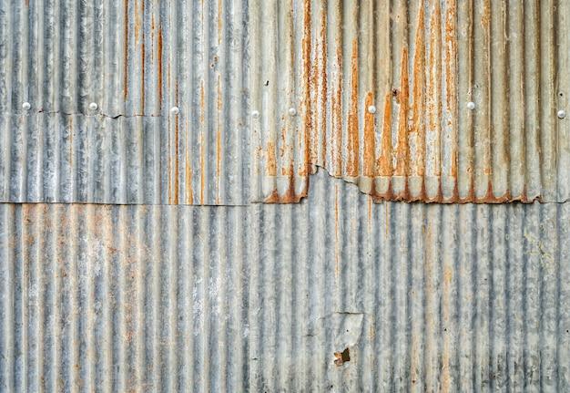 錆びた背景を持つ古い亜鉛メッキシート壁