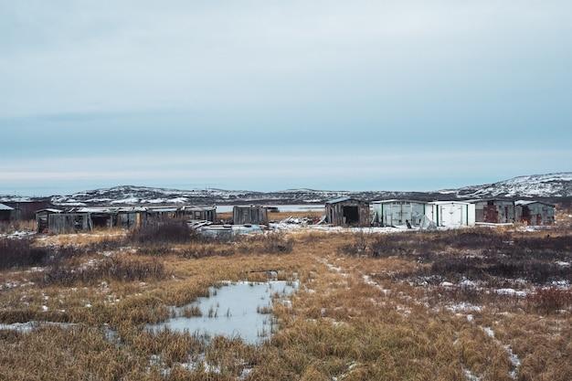 Старые гаражи в северной арктической деревне лодейное, кольский полуостров