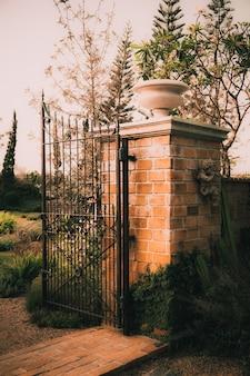 오래 된 정원 문 돌 아치 입구 벽입니다.