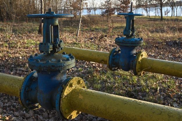 Во дворе под землей проложены старые газовые трубы с большими перекрытиями.