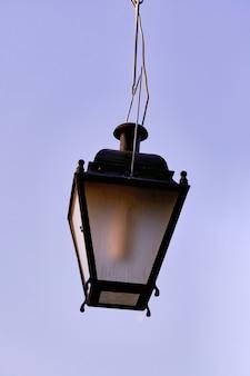Старый газовый уличный фонарь на фоне неба, старинного городского освещения