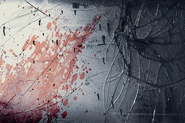 古いガラス窓は、犯罪現場のコンセプトで殺人を殺すために怖いように見える血のしぶきの汚れたグランジで割れます