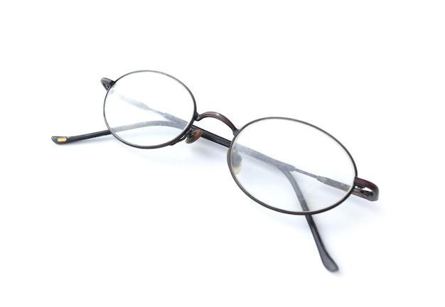 白で隔離のシンプルなデザインの古いメガネ