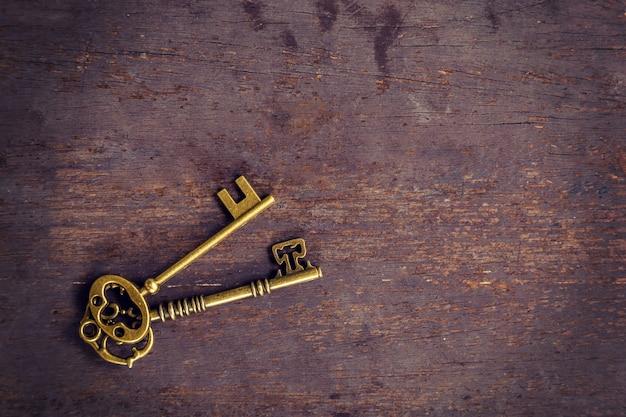 Старый золотой ключ урожай на фоне дерева с пространством.