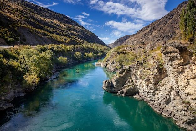 ニュージーランドのカワラウ川沿いのリッポンベールの古い金採掘地域 Premium写真