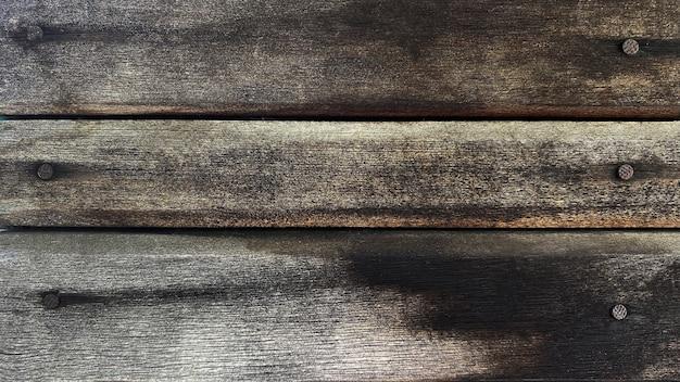 グランジスタイルの釘と自然な水平板で作られた古い灰色がかった茶色の木製の背景。上面図。針葉樹の生の鉋の質感。フラットレイを撮影するためのテーブルの表面。スペースをコピーします。