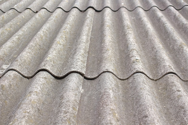 納屋の屋根にある古い灰色のスレート。