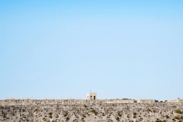 Rohdos, 그리스에서 맑고 푸른 하늘을 돌 벽에 오래 된 그리스 교회