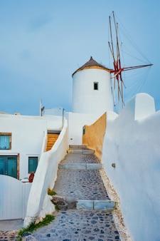 通りサントリーニギリシャの階段とイアの町のサントリーニ島の古いギリシャ風車