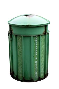 Старый мусорный бак зеленого цвета, изолированные на белом фоне