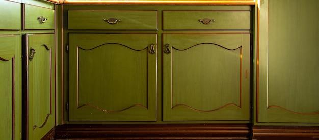 Старый зеленый старинный кухонный шкаф крупным планом, античный ретро дизайн фона дверей шкафа