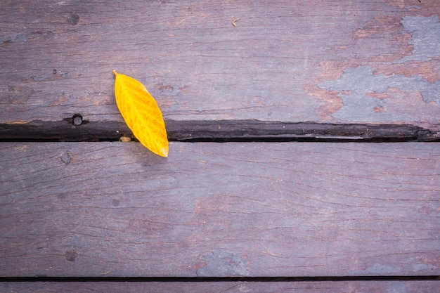 葉と古いグランジの木製。