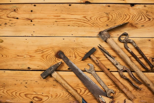 木の板に古い汚れた便利なツール