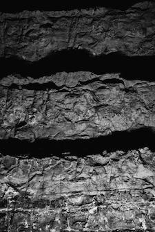 白と黒の古い汚れた岩