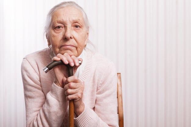 Старые руки. пожилая женщина сидит дома со скрещенными руками