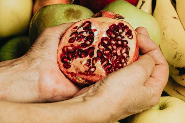 パッションフルーツをつかむ古い手