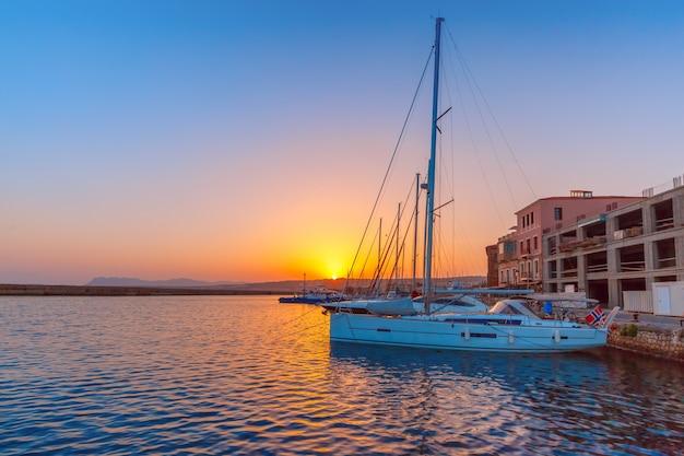 Старая гавань на закате, ханья, крит, греция