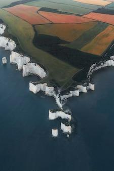 영국 남부 도싯(dorset)의 퍼벡 섬(isle of purbeck)에 있는 핸드패스트 포인트(handfast point)에 있는 오래된 해리 바위