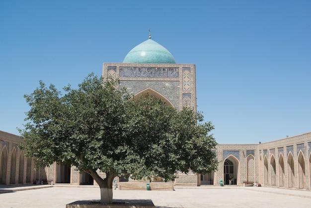 アーチとドームのある古い歴史的建造物。中世アジアの古代の建物。ウズベキスタン、ブハラ