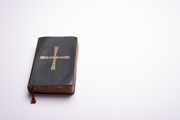 コピースペースのある無地の明るい背景の机の上の古い聖書