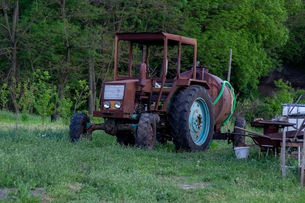 バレル付きの古い自家製さびたトラクター。