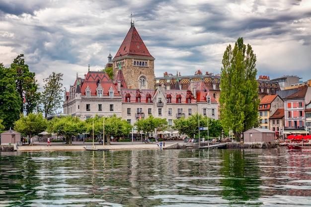 豊かなヨーロッパの都市のレーマン湖のほとりにある古いホテル。