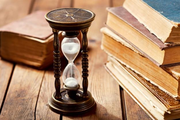 나무 테이블에도 서와 함께 오래 된 모래 시계