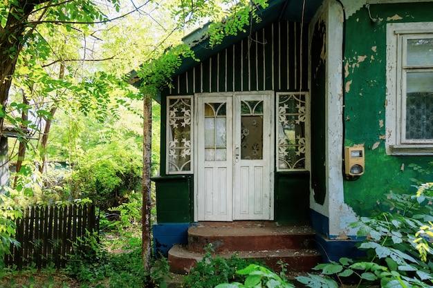 夏の日の村の古い家