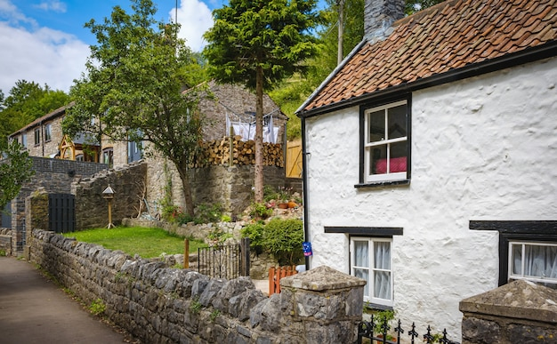 イギリスのチェダー渓谷にある秋の古い家
