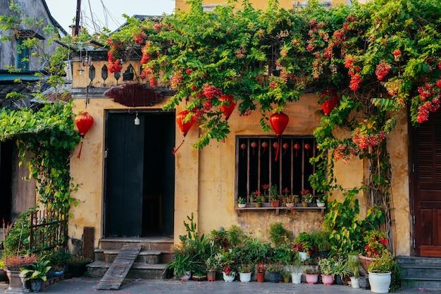 Старый дом в древнем городе хой. популярное место во вьетнаме. живописные традиционные старые желтые дома.