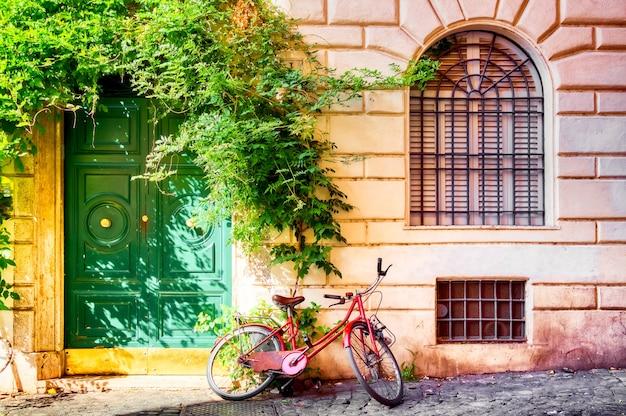 Стена старого дома в риме с велосипедом
