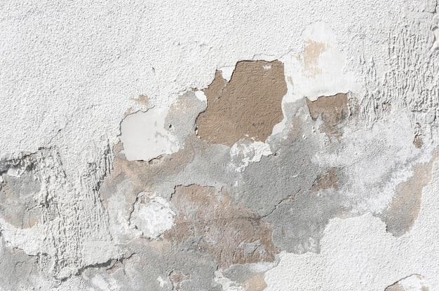 Старая стена дома с потрескавшейся штукатуркой