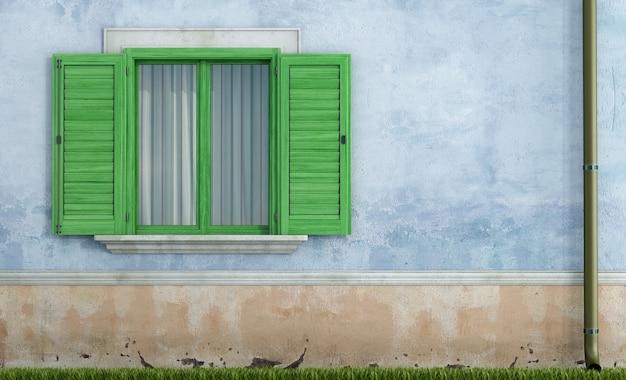 Старый дом с зелеными деревянными окнами