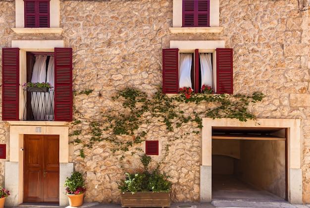 窓シャッター付きの古い家古典的なファサードの背景地中海の背景のテクスチャ