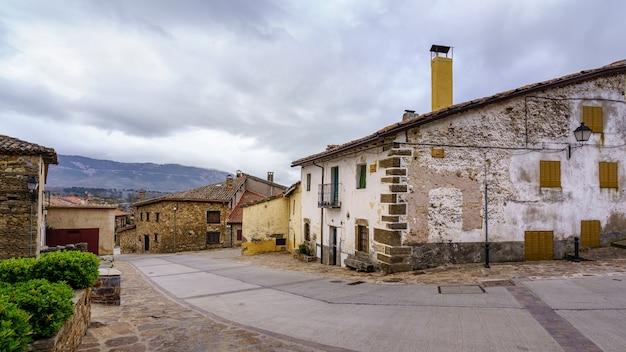 マドリードの古い中世の町の典型的な通りにある古い家。 horcajuelo。ヨーロッパ。