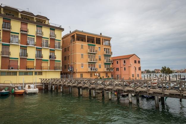 Старые дома в городе кьоджа в италии недалеко от венеции